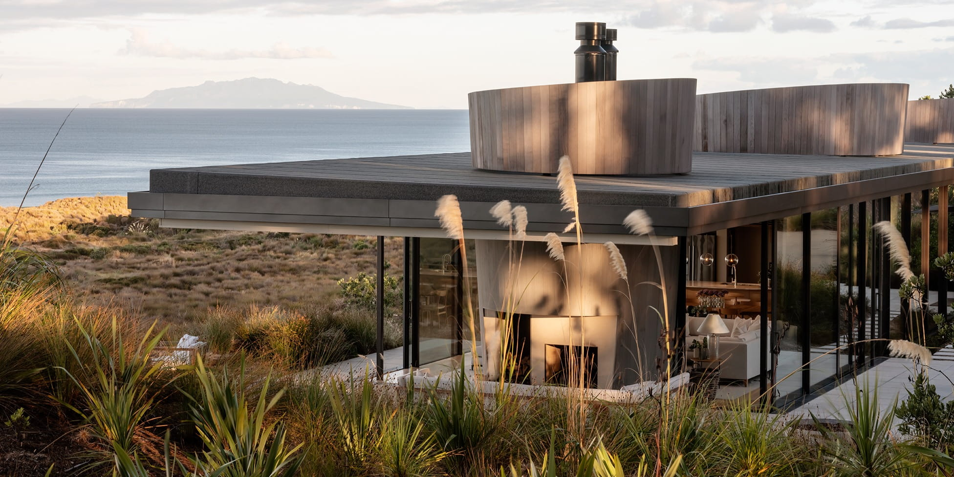 Cheshire Architects inserts mid-century-inspired glass house into the landscape of New Zealand