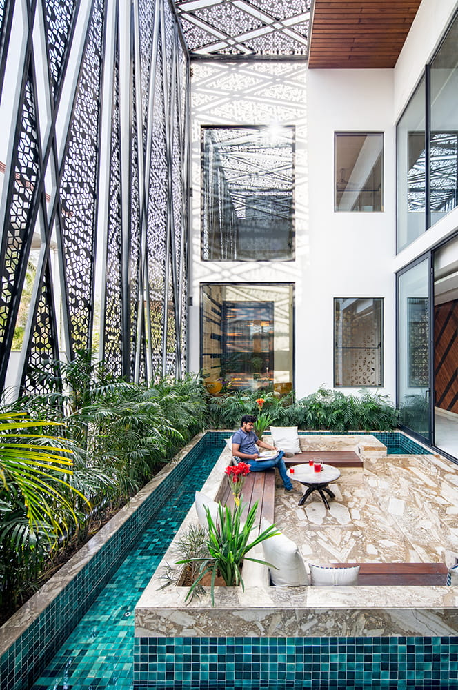 Cantilever house by ZED Lab